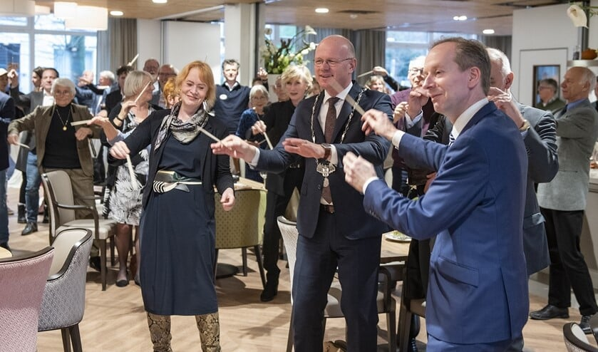 Vooraf aan de opening vond er in het Grand Café een verkorte versie van de workshop luchtdirigeren plaats (Foto's Michel Groen).