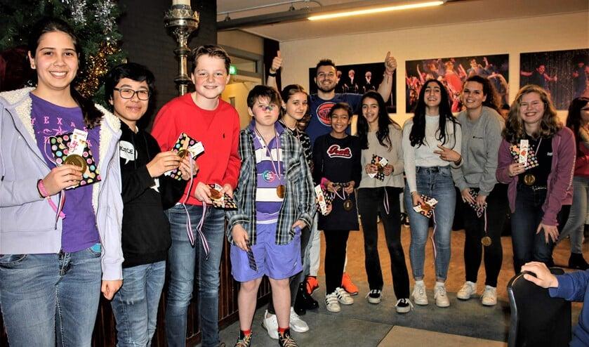 Na het bekendmaken van de opbrengst kregen leerlingen en klassen die het meeste hadden opgehaald een prijs Ifoto: pr).