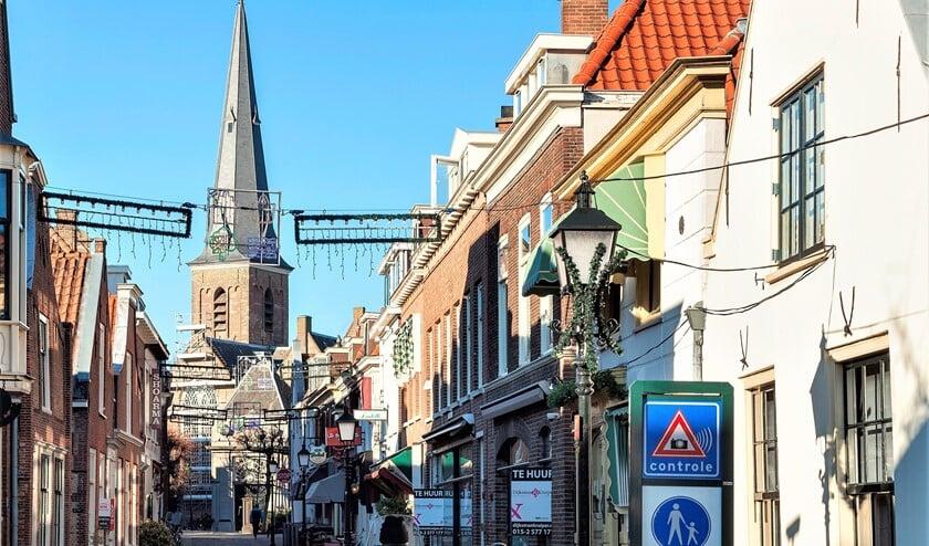 Scooter rijdt door de Kerkstraat in Voorburg richting de Herenstraat en negeert de borden (foto: gemeente LDVB).