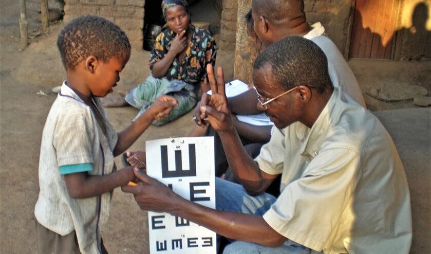 In derdewereldlanden worden oogtesten uitgevoerd om eventuele oogaandoeningen te kunnen vaststellen (foto: pr Lions).