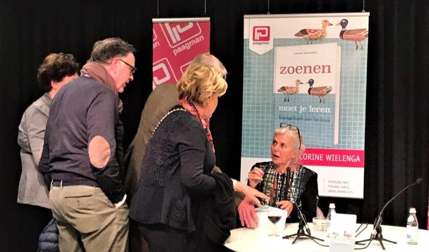 De signeersessie tijdens de boekpresentatie op 14 november bij boekhandel Paagman (foto: pr).