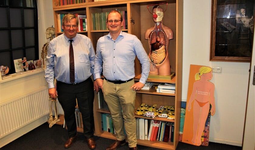 Huisarts Peter Soeter (l.) met zijn opvolger, zoon Roelof Soeter, in de praktijk aan de Raadhuisstraat in Voorburg (tekst/foto: Dick Janssen).