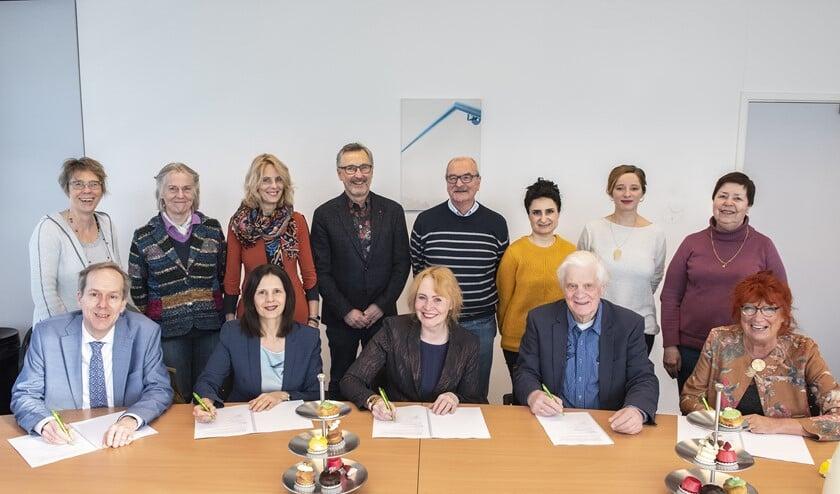 De ondertekenaars v.l.n.r.: wethouder Jan-Willem Rouwendal (gemeente LV), Daphne Braal (Vidomes), Marianne Straks (WoonInvest), Paul Derks (Huurdersvereniging Respectus), Sylvie Seubert (Huurdersraad Vidomes) (Foto: Michel Groen)