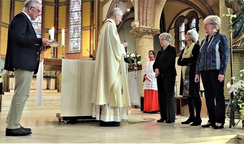 Annie van Eeden en Dineke de Vries werden gehuldigd omdat zij al 25 jaar lid zijn van het koor en Ria Verhoef zelfs al 45 jaar (foto: pr).