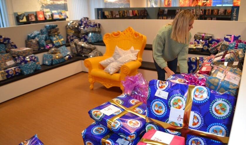 De pakjes liggen klaar in de bibliotheek (Foto: Inge Koot)