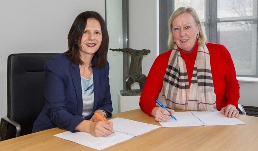 Daphne Braal van woningcorporatie Vidomes en wethouder Astrid van Eekelen.