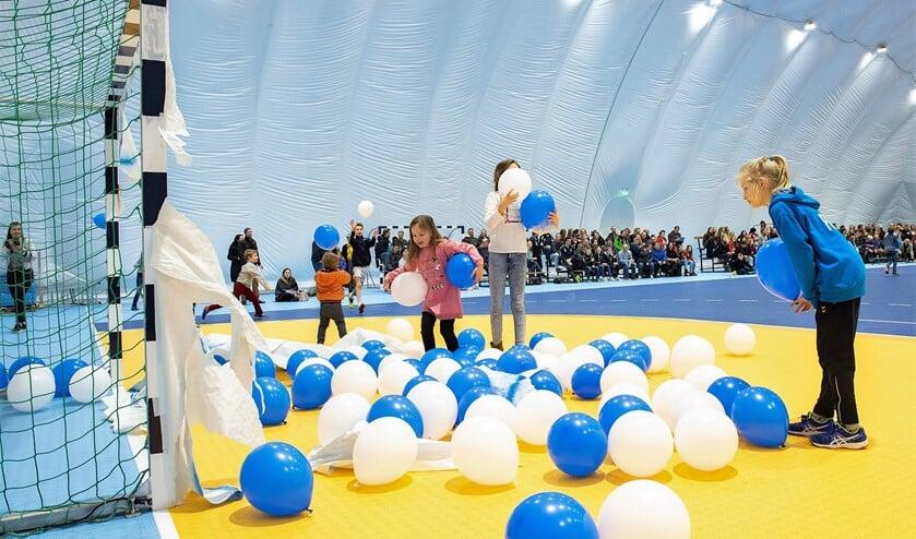Jeugdleden vanEHC bevrijdden wat ballonnen uit een doel, waarmee de nieuwe ballonhal was geopend (foto: Michel Groen).