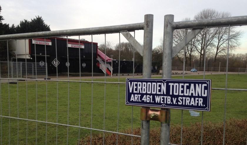 Zelfs overdag geeft deze afgelegen hoek in het Van Tuyllpark een troosteloze indruk (zie ook de overige foto's). Foto's: Peter Zoetmulder / Postiljon
