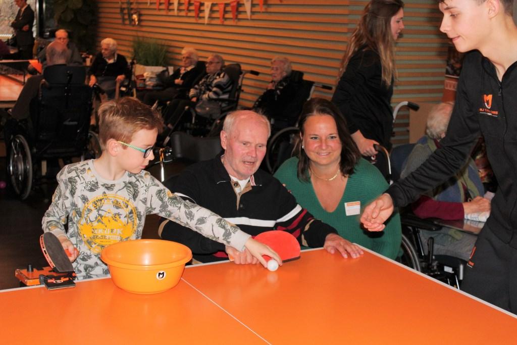 Wethouder Nadine Stemerdink was actief in Het Anker bij het tafeltennissen voor de bewoners (foto: DJ).  © Het Krantje