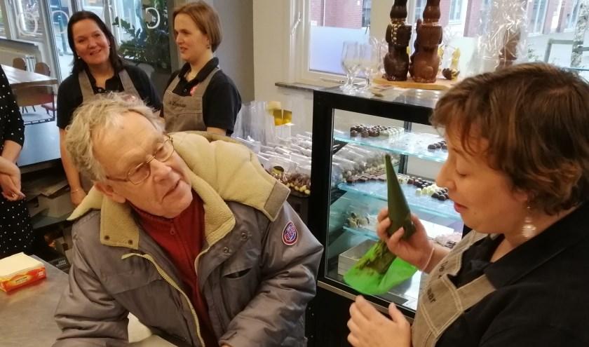 Bij lunchcafé De Zoetelaar in Zoetermeer maakten de gasten zelf chocoladelolly's. Foto: pr