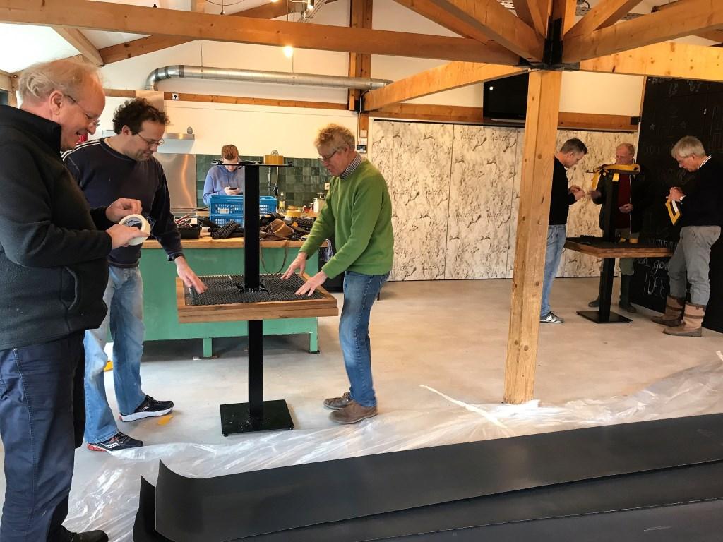 De Lions hielpen in wijkgebouw De Boot in Damsigt bij de inrichting van het vernieuwde gebouw (foto: pr Lions).  © Het Krantje