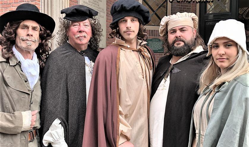 De cast van de voorstelling over Huygens en Rembrandt in Huygenskwartier van Evenblij Theater (foto: pr).