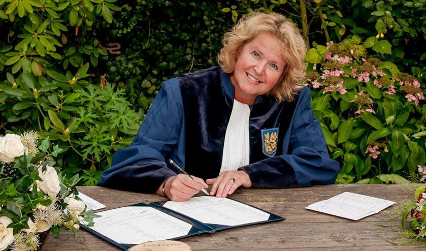 Ivonne de Natris uit Voorburg is de  winnaar van de Award 2018-2019 voor beste Trouwambtenaar (Foto: FotoKonijnenburg).