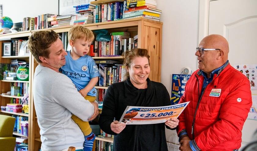 Lucy en Thomas uit Leidschendam winnen 25.000 euro en de BMW (foto: Roy Beusker Fotografie).