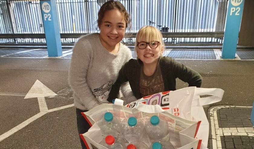 Daphne (l.) en Lucie van de Floriant bezig met hun eigen flessenactie. Foto: pr