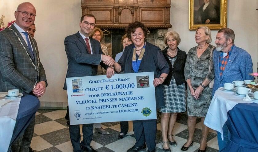Overhandiging van de Lions-cheque voor restauratie van de pianovleugel Pr.Marianne (foto: Ronald Meekel).