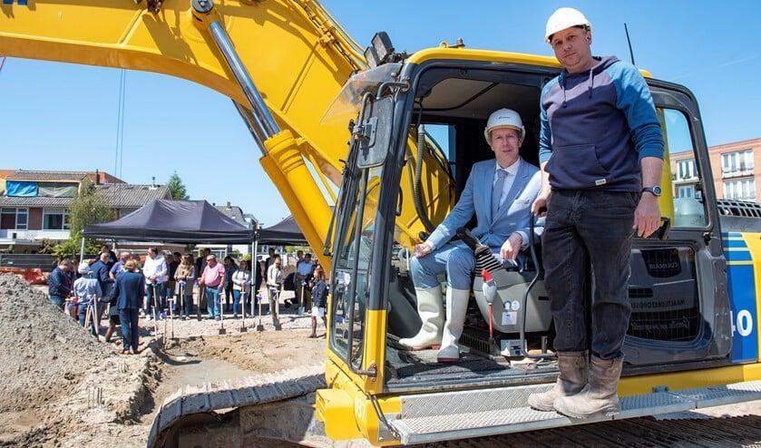 Wethouder Rouwendal verrichtte de starthandeling van het bouwproject aan het Molenpad   (foto: Michel Groen).