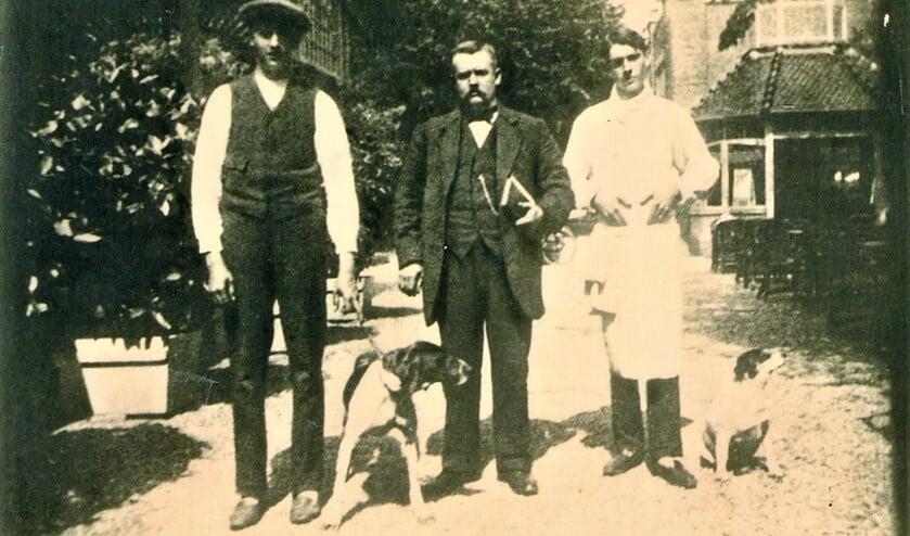 V.l.n.r. Johan de Minjer met vader Kees en zijn zoon Nick bij De Wijkerbrug (archieffoto).