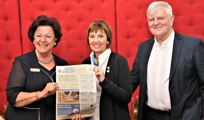 Clubpresident Marianne Knijnenburg overhandigt de Goede Doelen Krant aan  Gudrun Yngvadottir (foto Abbing, tekst en foto).