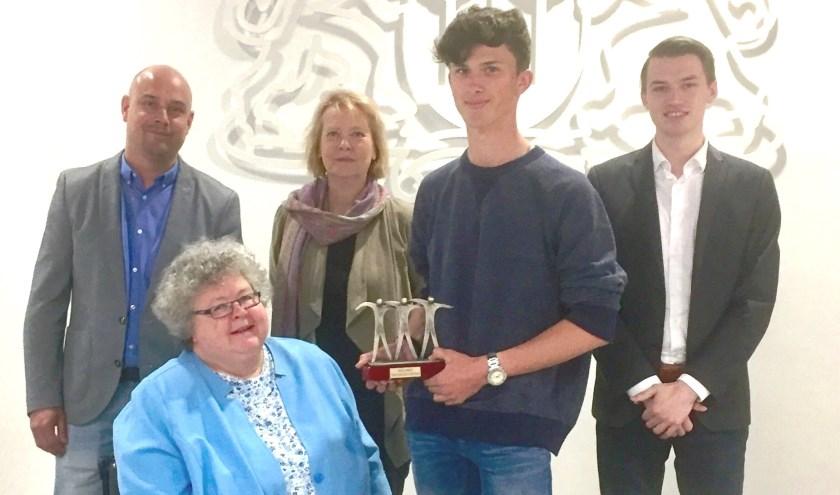 Winnaar Jeroen Oorthuis met de raadsleden Ward Meijroos, commissielid Pauline Mulholland, Marijke van der Meer en Jeremy Mooiman. Foto: pr