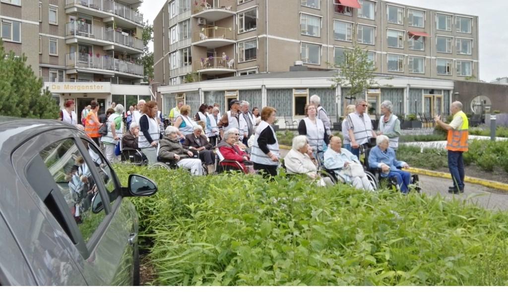 Ook bij woonzorgcentrum De Morgenster in Dorp ging maandagmiddag een grote groep deelnemers aan de Rolstoelvierdaagse van start. Foto: pr  © Postiljon