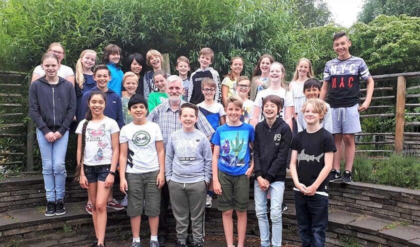 Meester Peter Ham te midden van de kinderen van groep 7 (foto: pr).