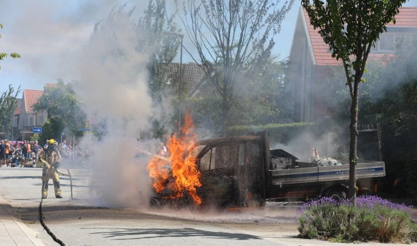 De geparkeerde bedrijfswagen aan de Spreestroom brandde geheel uit. Foto: Regio15.nl