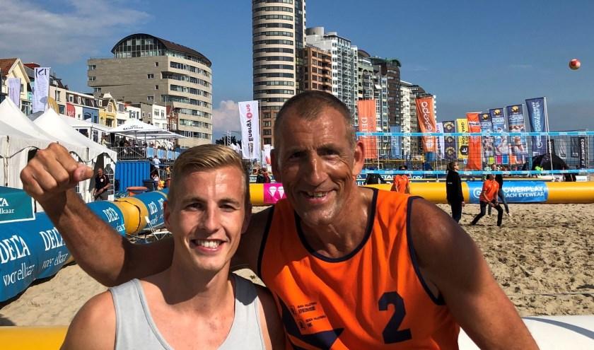 Zoon Dustin en vader Ed Bontrop uit Zoetermeer vieren hun winst op het Zeeuwse strand. Foto: pr