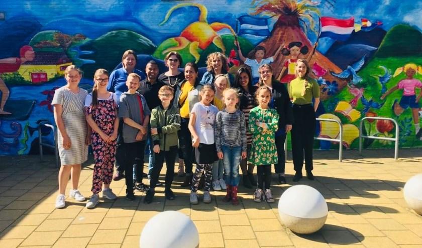 De onthulling van de muurschildering vond plaats door wethouder Groeneveld ten overstaan van de kinderen en alle betrokkenen. Foto: pr