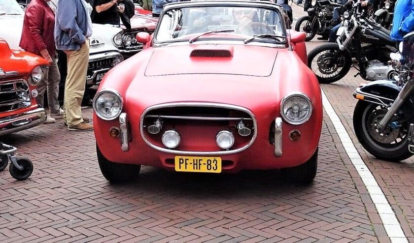 Van oude koets tot cabrio of limousine en van oude vrachtwagen tot racemonster was te zien op de drukke oldtimerdag van Leidschendam Centrum op de Damlaan (foto: Ap de Heus).