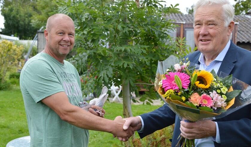 Bart Koevoet wordt gefeliciteerd met zijn eerste prijs (foto: pr).