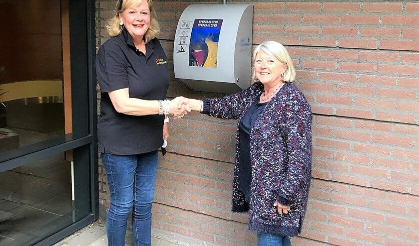 De AED werd geschonken aan de Vereniging van Eigenaren door één van de bewoners van de flat, Ingrid Jansen-Prot.