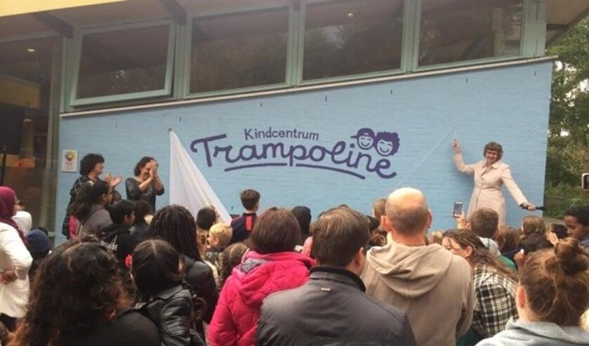 Wethouder Juliette Bouw onthulde in september 2018 het nieuwe logo van het kindcentrum (foto's pr Vlietkinderen).