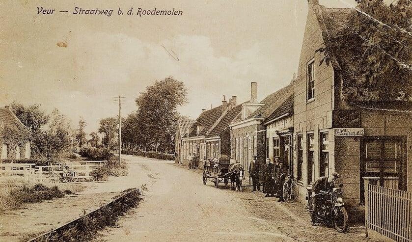 De Straatweg in Veur bij de Roomolen rond 1910 (archieffoto).