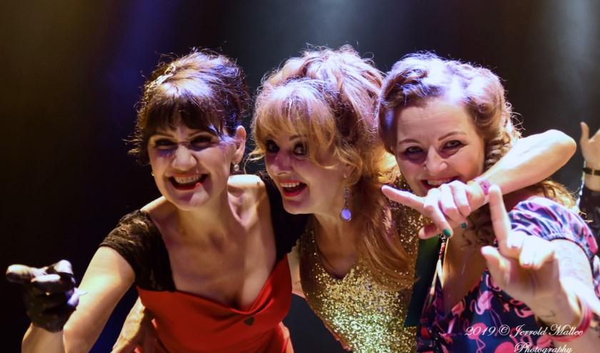 Inge Bonthond, Lies Schilp en Franka Janssen tijdens het nummer 'Tub For Two'.