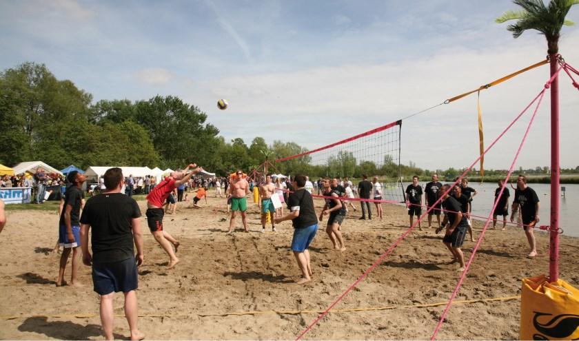 Volleyen op meerdere velden en veel entertainment. Foto: pr