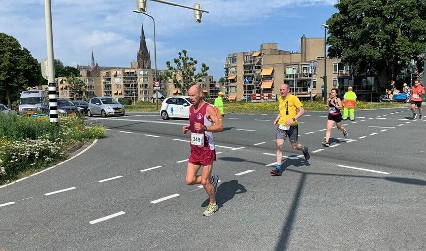 De loper steken, komende vanaf de Wijkerbrug, de Westvlietweg over richting de finish bij AV Sparta (foto: Ron Klaassen).