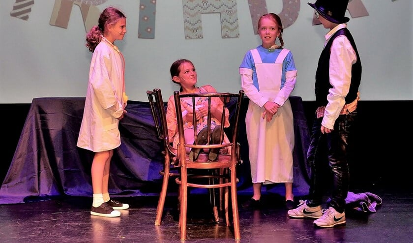 Enkele van de jeugdige hoofdrolspelers tijdens 'Matilde het wonderkind' op het podium in Theater Ludens (foto: Ot Douwes).