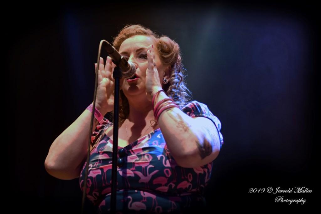 Merchandiser girl Franka Janssen zingt 'Tub For Two'. Foto: Jerrold Mallee © Postiljon