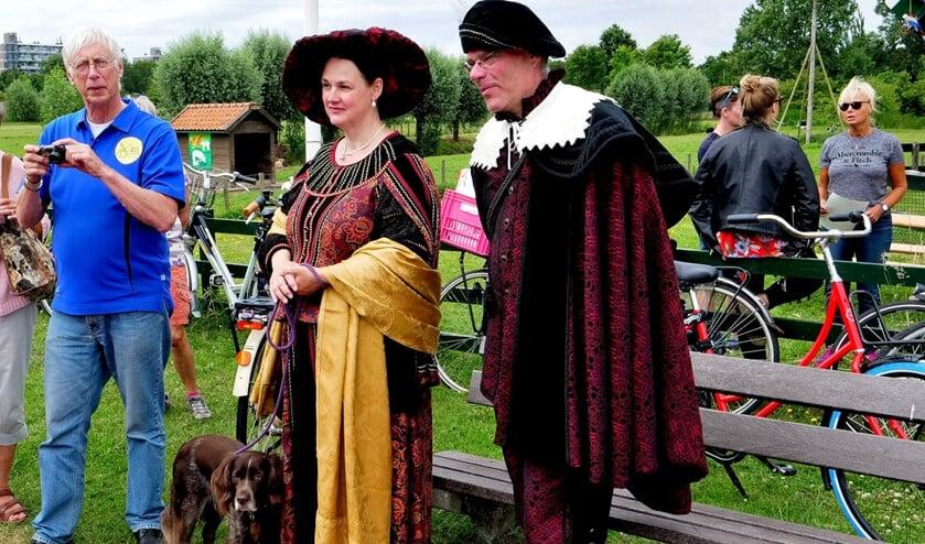 Rembrandt en Saskia arriveren bij molen De Vlieger in Voorburg (foto: Ot Douwes).