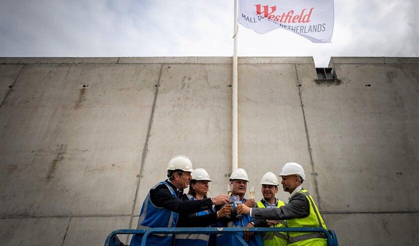 De hoogwaardigheidsbekleders die bij het hijsen van de vlag mochten zijn (foto: Roy Poots).