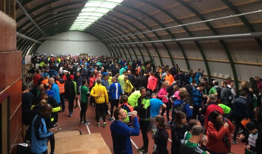 Gezellige drukte in de atletiekhal van Ilion, vlak voor de start. Foto: Jan Smit
