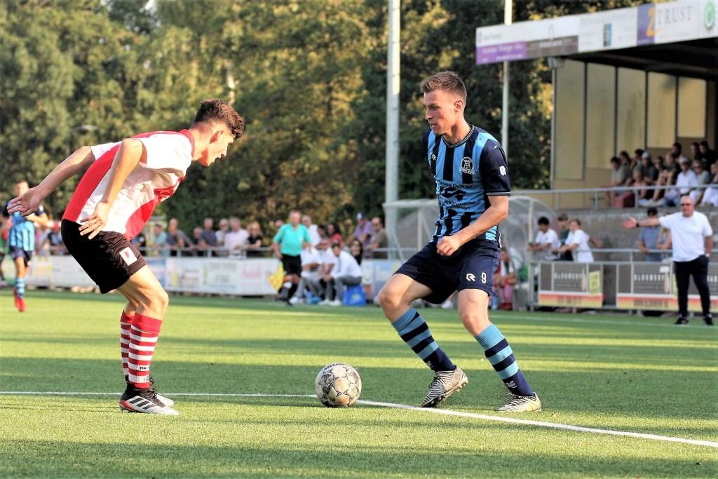 Edon Fetahi (RKAVV) vs Marc du Chatenier (Forum Sport) op het hoofdveld.  © Het Krantje