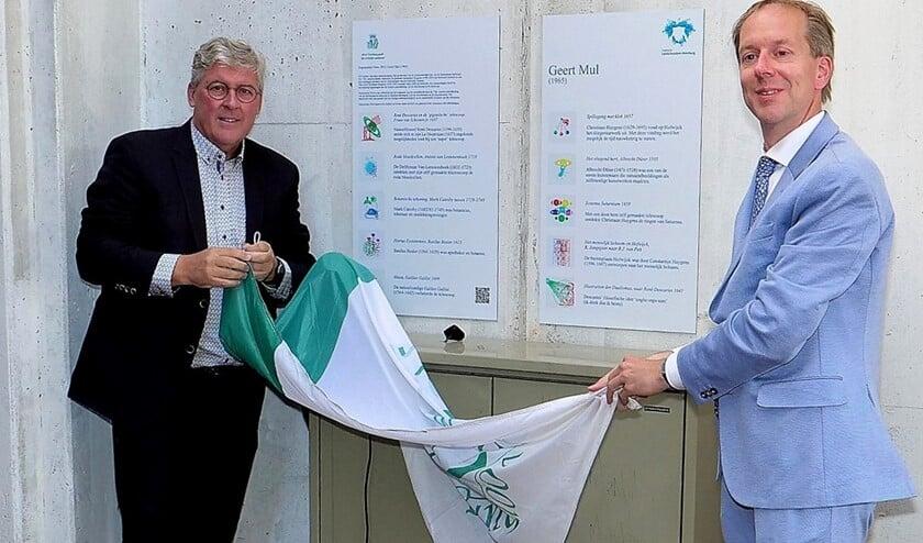 Directeur Peter van der Ploeg van Huygens' Hofwijck en wethouder J.W. Rouwendal onthulden de informatieborden (foto: Ot Douwes).