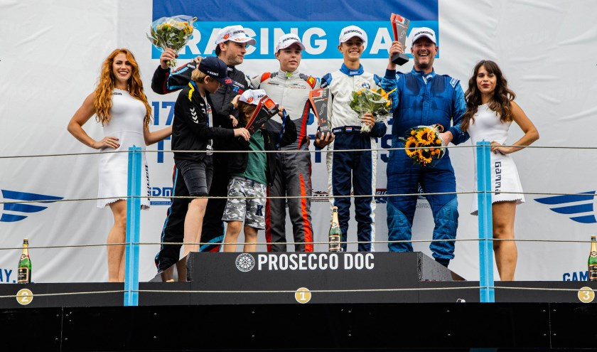 Een super weekend levert Milan Teekens (m.) en Maxime Oosten zes bekers op: 'Ongelofelijk om vanuit de pits te winnen.' Foto: pr