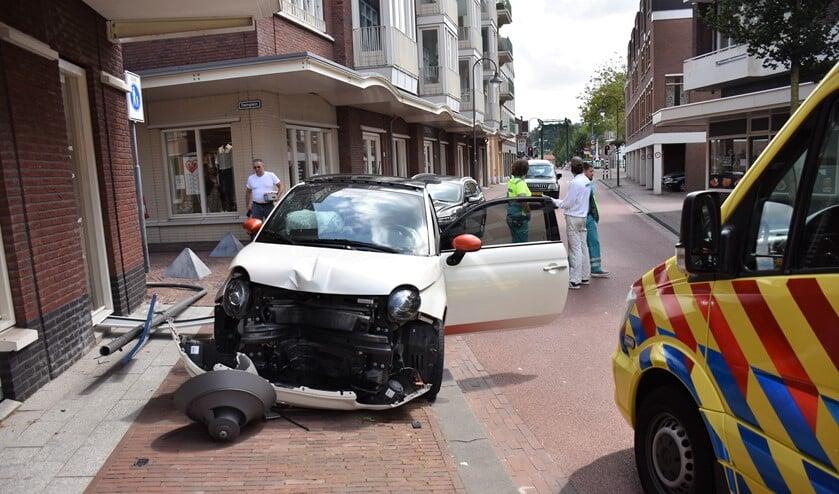 De auto raakte, net als de getroffen lichtmast, zwaar beschadigd (foto: Sebastiaan Barel).