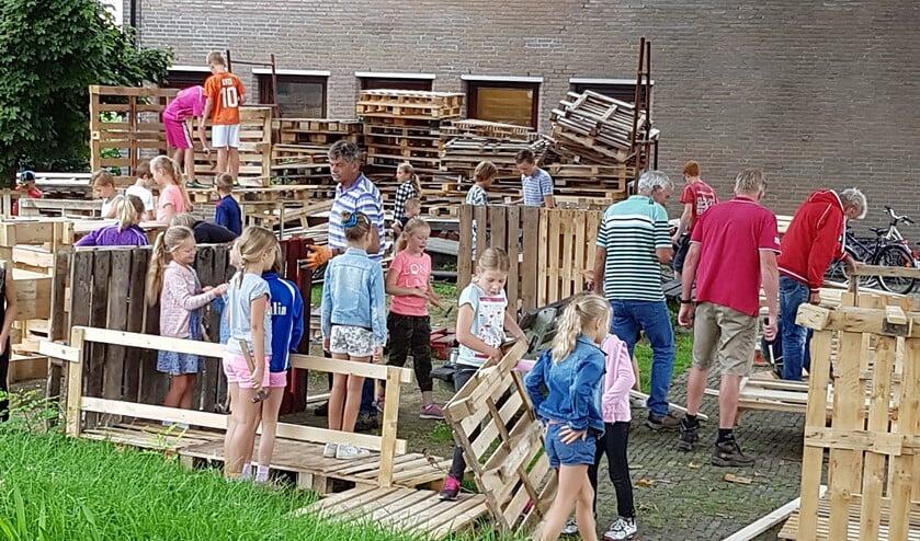 Huttenbouw bij het Dorpshuis in Stompwijk (archieffoto: Dorpsketting / Petra Oliehoek).