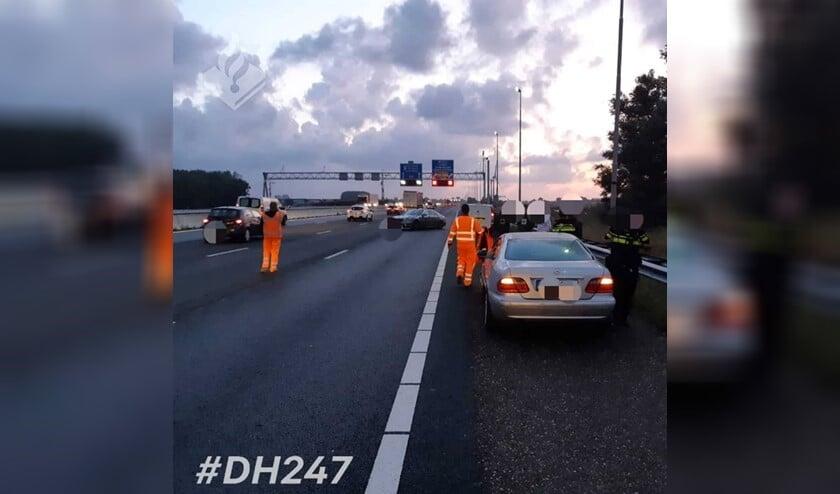 Eén voertuig stond overdwars op de snelweg (Foto: Politie LV).