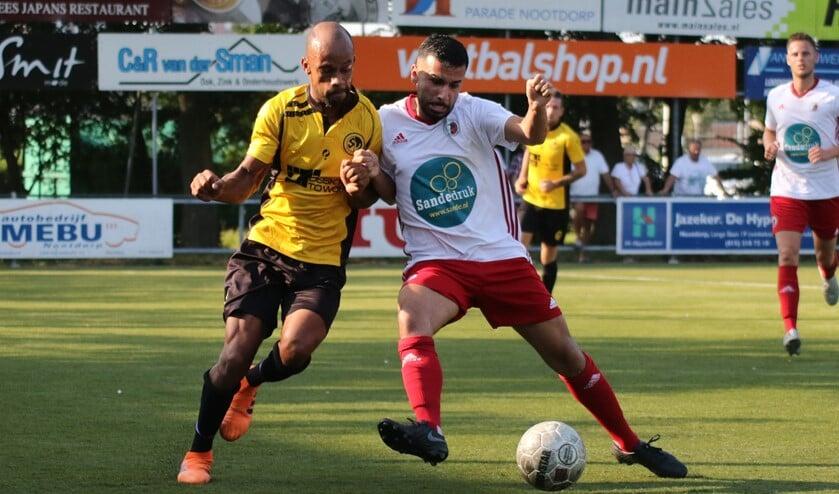 Een stevig duel. SV Nootdorp-speler Ricoberto Luijando (links) werd later uitgeroepen tot speler van het toernooi. (Foto: Sander de Hollander)