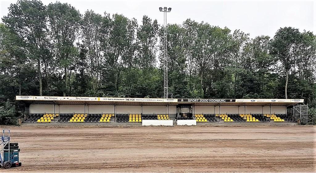 De tribune op Westvliet (Wilhelmus) is af; het kunstgras hoofveld nog niet (foto: pr).  © Het Krantje